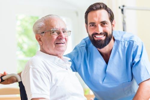 Pflegedienst und Pfleger kümmern sich um alte Menschen